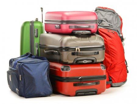 Photo pour Bagages composés de grandes valises sac à dos et sac de voyage isolé sur blanc - image libre de droit