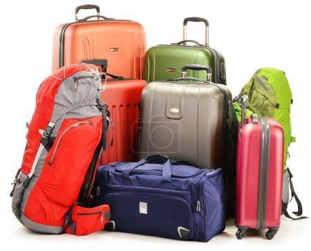 Photo pour Bagages composés de grandes valises sacs à dos et sac de voyage isolé sur blanc - image libre de droit