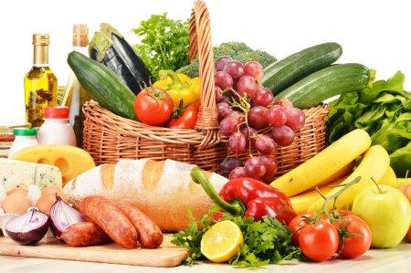 Photo pour Produits d'épicerie divers y compris vin de fruits légumes pain laitiers et carnés isolé sur blanc - image libre de droit