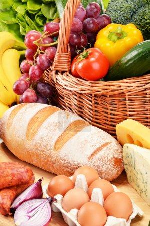 Photo pour Produits d'épicerie divers y compris vin de fruits légumes pain produits laitiers et viande - image libre de droit