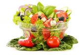 Zeleninový salát mísy izolované na bílém