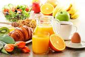 Snídaně s kávou, šťáva, croissant, salát, müsli a vejcem