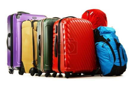 Photo pour Bagages constitués de grandes valises et sacs à dos isolés sur du blanc. - image libre de droit