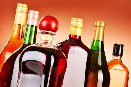 Photo pour Bouteilles de boissons alcoolisées variées, y compris la bière et le vin - image libre de droit