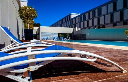 Photo pour Plusieurs transats près de la piscine - image libre de droit