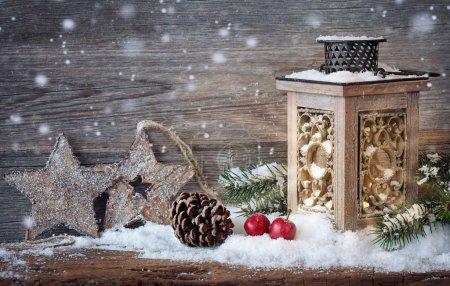 Photo pour Lanterne allumée dans la neige - image libre de droit