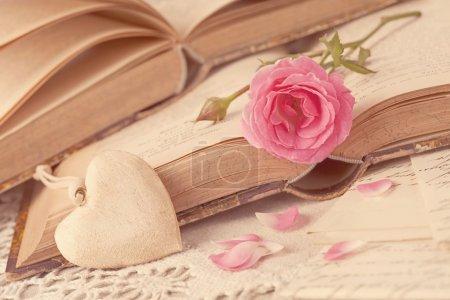 Foto de Rosa flores, cartas y libros antiguos - Imagen libre de derechos