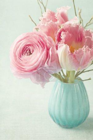 Photo pour Fleurs roses dans un vase - image libre de droit