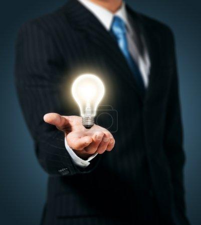 Photo pour Ampoule en main homme d'affaires - image libre de droit