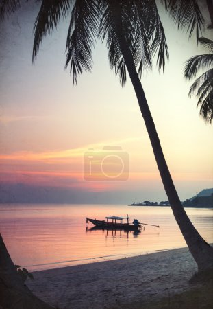 Photo pour Coucher de soleil avec palmier et bateau sur l'eau - image libre de droit