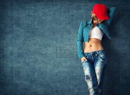Photo pour Sexy jeune femme dans un vêtements à la mode sur un fond grunge - image libre de droit