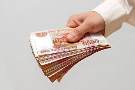 Photo pour Un paquet d'argent dans la main d'un homme - image libre de droit