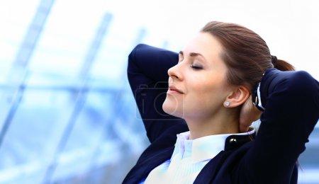 Photo pour Portrait de jeune femme d'affaires mignonne relaxant en plein air - image libre de droit