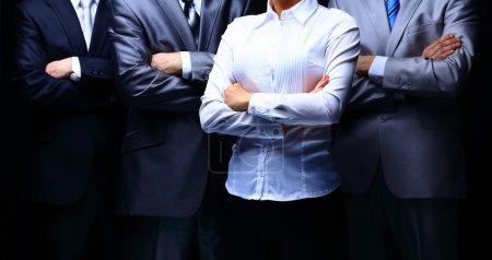 Photo pour Portrait de groupe d'une équipe de professionnels aux entreprises sur fond foncé - image libre de droit