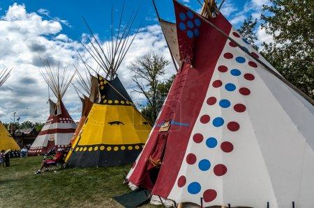 Photo pour Une ligne colorée du traditionnel pieds-noirs tipis des Indiens des plaines en Amérique du Nord, l'alberta, au stampede de calgary - image libre de droit