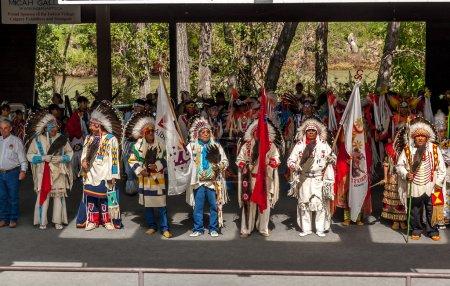 Photo pour Calgary (Alberta) - 10 juillet : les anciens pieds-noirs ouvrant le village indien traditionnel à la calgary stampede le 10 juillet 2005 à calgary, alberta, canada. une cérémonie pied-noir a lieu tous les jours. - image libre de droit