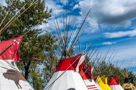 Photo pour Une ligne colorée du traditionnel pieds-noirs tipis des Indiens des plaines en Amérique du Nord, l'alberta, au stampede de calgary. - image libre de droit
