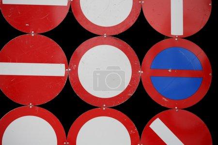 Photo pour Panneau de signalisation de près avec des couleurs vives - image libre de droit