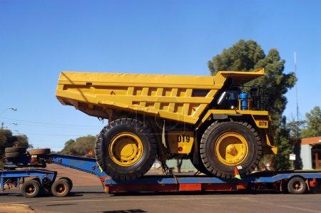 Photo pour Livraison d'un camion pour une mine d'or - image libre de droit