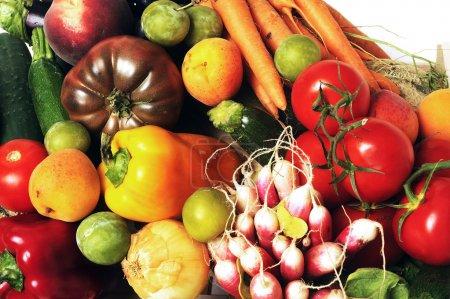 Photo pour Caisses de fruits et légumes sur fond blanc en studio . - image libre de droit