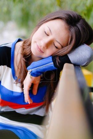 Photo pour Belle jeune femme dormant sur la rue outdroors - image libre de droit