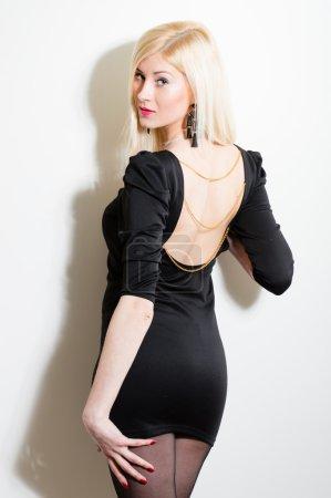 Photo pour Belle jeune femme en bref noire robe à fond blanc - image libre de droit