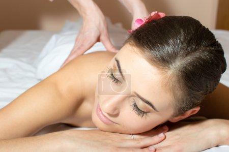 Photo pour Femme fatiguée allongée sur une table et prenant des massages procédure - image libre de droit
