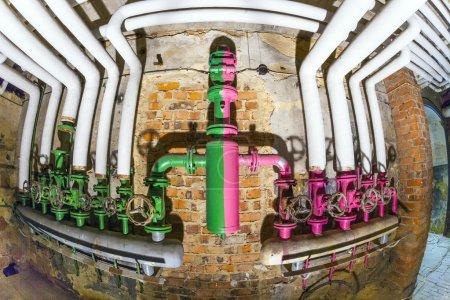 Photo pour Anciens pipelines avec soupape pour une installation de chauffage et de contrôle de l'eau pourrie - image libre de droit