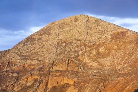 Photo pour Lever de soleil au vieux volcan de Femes, Lanzarote avec sentiers - image libre de droit