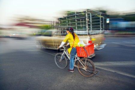 Photo pour Bangkok - dec 23 : Dame lecteurs accueil avec moto dans le marché pak khlong thalat sur dec 23,2009 à bangkok, Thaïlande. le marché a été établi par le roi rama i 1782 et est le plus ancien marché aux fleurs en Thaïlande. - image libre de droit