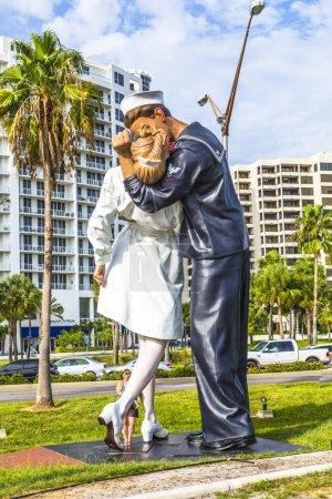 Photo pour Sarasota, États-Unis - 25 juillet : capitulation de la statue par seward johnson de 2006 montrent un marin et une infirmière s'embrasser à times square après la proclamation de la fin de ww2, le 25 juillet 2013 à sarasota, États-Unis. - image libre de droit