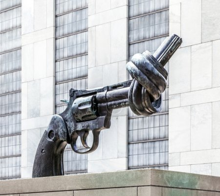Gun tied in a knot outside UN headquarters