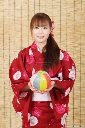Photo pour Jeune femme asiatique en vêtements traditionnels de kimono avec ballon en papier - image libre de droit