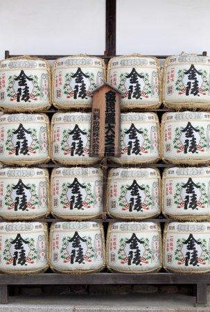 Photo pour KOTOHIRA, JAPON - 7 JUILLET : Barils de saké au sanctuaire Konpira Hachiman-gu Shinto le 7 juillet 2013 à Kotohira, Japon. La vieille coutume japonaise est de donner du saké aux temples et aux sanctuaires comme offrande pour les Dieux . - image libre de droit