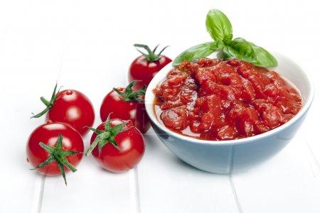Photo pour Des dés et des tomates entières. garni de basilic . - image libre de droit