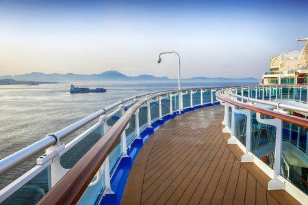 Photo pour Pont de bateau de croisière de luxe, surplombant les îles de la Méditerranée . - image libre de droit