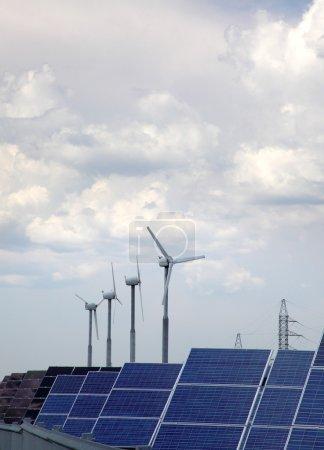 Foto de Real de los paneles solares y molino de viento - Imagen libre de derechos