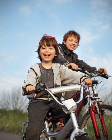 Photo pour Deux frères font du vélo - image libre de droit