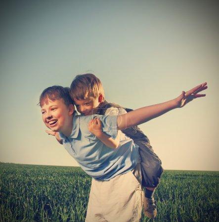 Photo pour Deux cuirs en plein air jeu heureux - image libre de droit