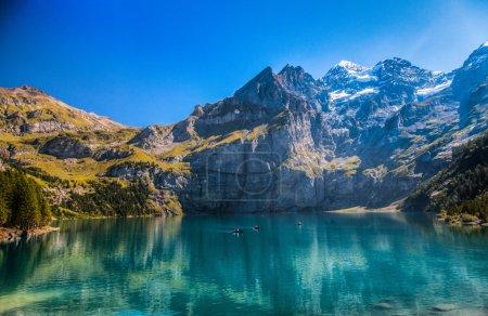 Photo pour Lac d'oeschinen ou oeschinensee près de kandersteg, Suisse. - image libre de droit