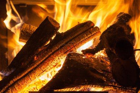 Photo pour Brûler du bois dans la cheminée closeup - image libre de droit