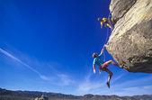 Bergsteiger hängen über die leere
