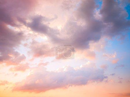 Photo pour Coucher de soleil nuageux - image libre de droit