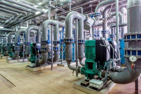 Photo pour Chaudière à gaz intérieure avec plusieurs pipelines et pompes - image libre de droit