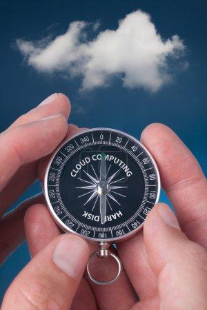 Photo pour Le cloud computing concept. Cloud computing est une nouvelle façon de stocker des données. disque dur et compas pointé mot le cloud computing. - image libre de droit
