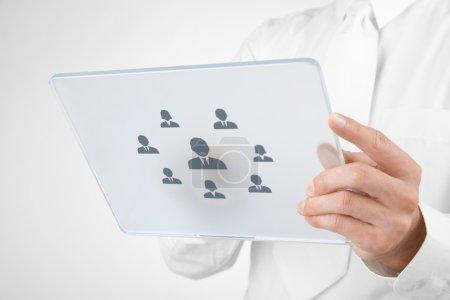 Foto de Recursos humanos, auditoría personal, CRM, y el concepto de centro de evaluación reclutador seleccionado empleado (o líder de equipo) representado por el icono en la tableta futurista . - Imagen libre de derechos