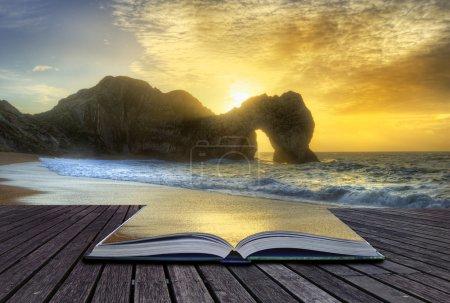 Lebendiger Sonnenaufgang über dem Ozean mit Gesteinsbrocken im Vordergrund in Seite