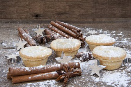 warmes Bild von Weihnachtsessen auf rustikalem Holzhintergrund