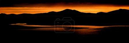 Foto de Panorama del paisaje impresionante gama de la montaña y la playa al atardecer - Imagen libre de derechos