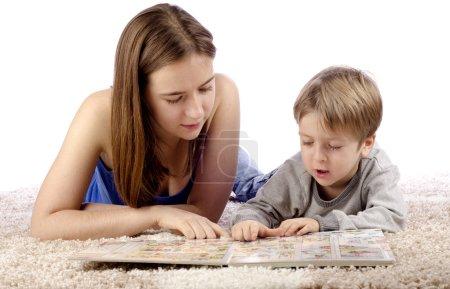 Photo pour Mère et l'enfant de s'amuser tout en enseignement et en jouant ensemble. - image libre de droit